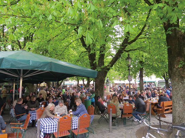 慕尼黑著名的穀物市集(Viktualienmarkt), 樹蔭下是休息用餐空間。攝影:張正揚