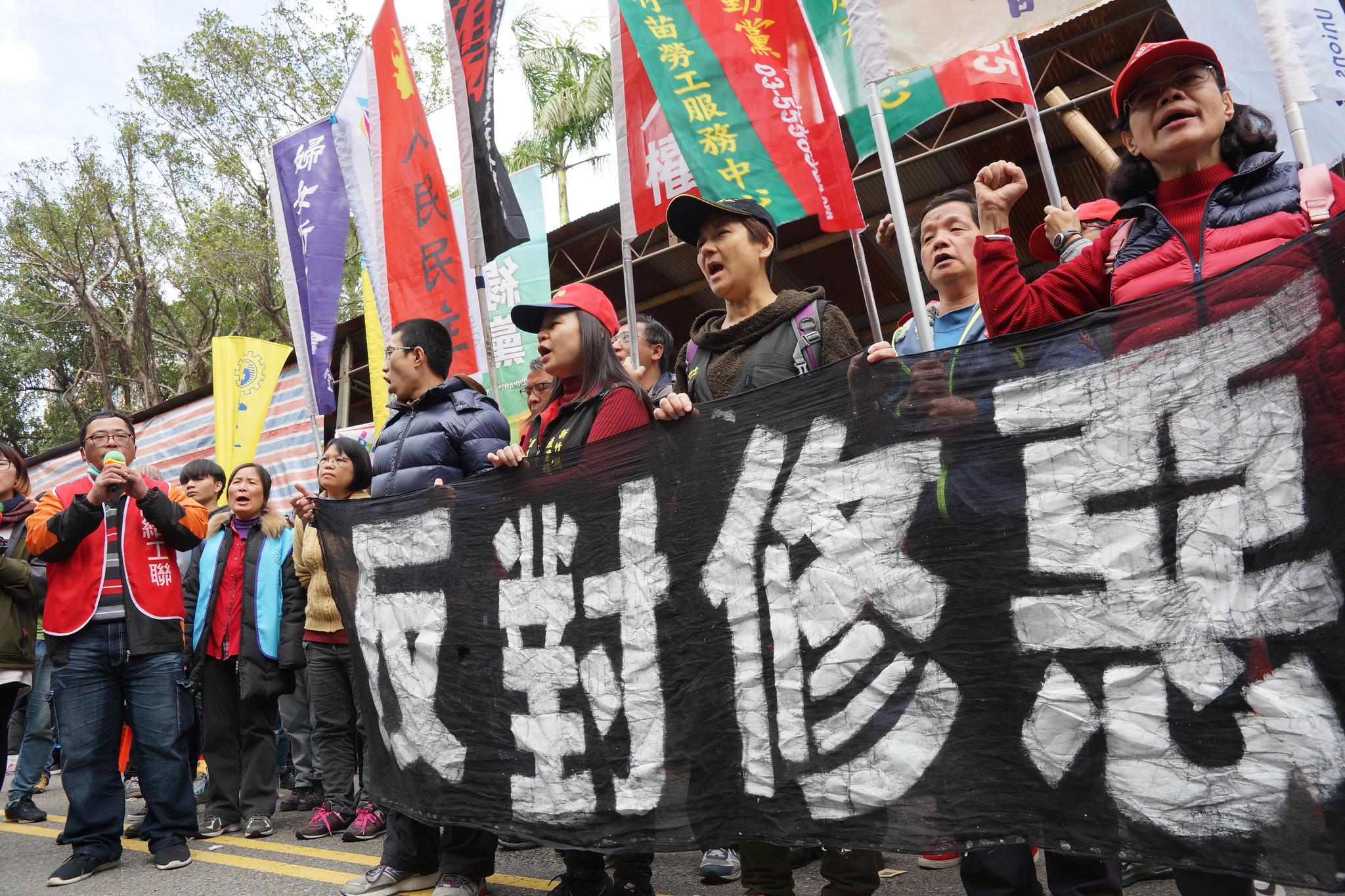 勞團回到青島東路帳篷區,並高喊將組成政治勢力。(攝影:王顥中)