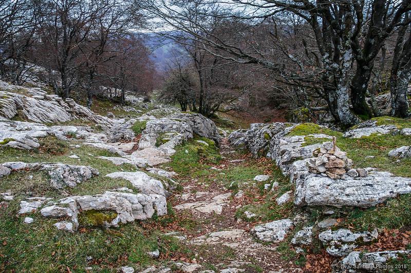 Paso entre las rocas detrás del ara de San Adrián