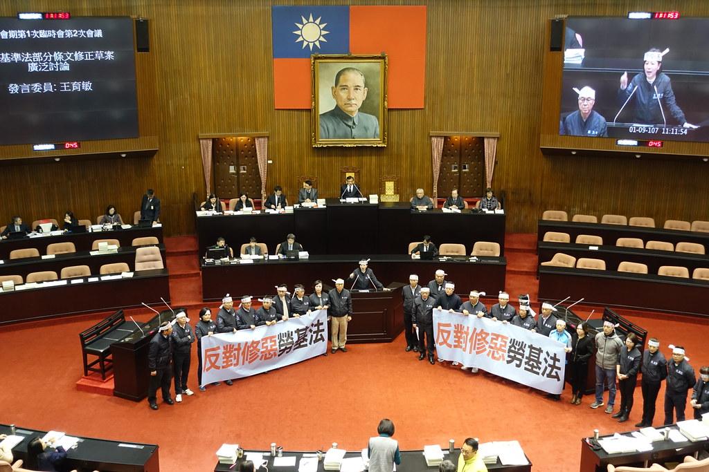 黨團協商破局後,國民黨團在議場中心拉布條高聲抗議。(攝影:張智琦)
