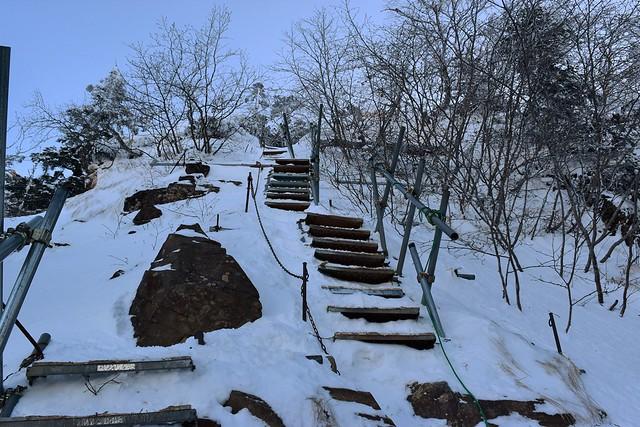 冬の地蔵尾根 雪に埋もれた階段