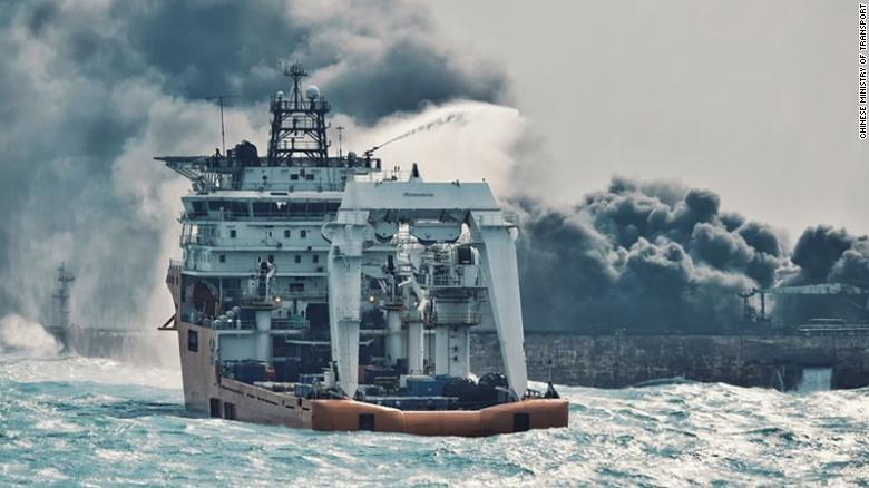 中國交通部發布的照片,圖為日本海上保安廳派出船艦救援。