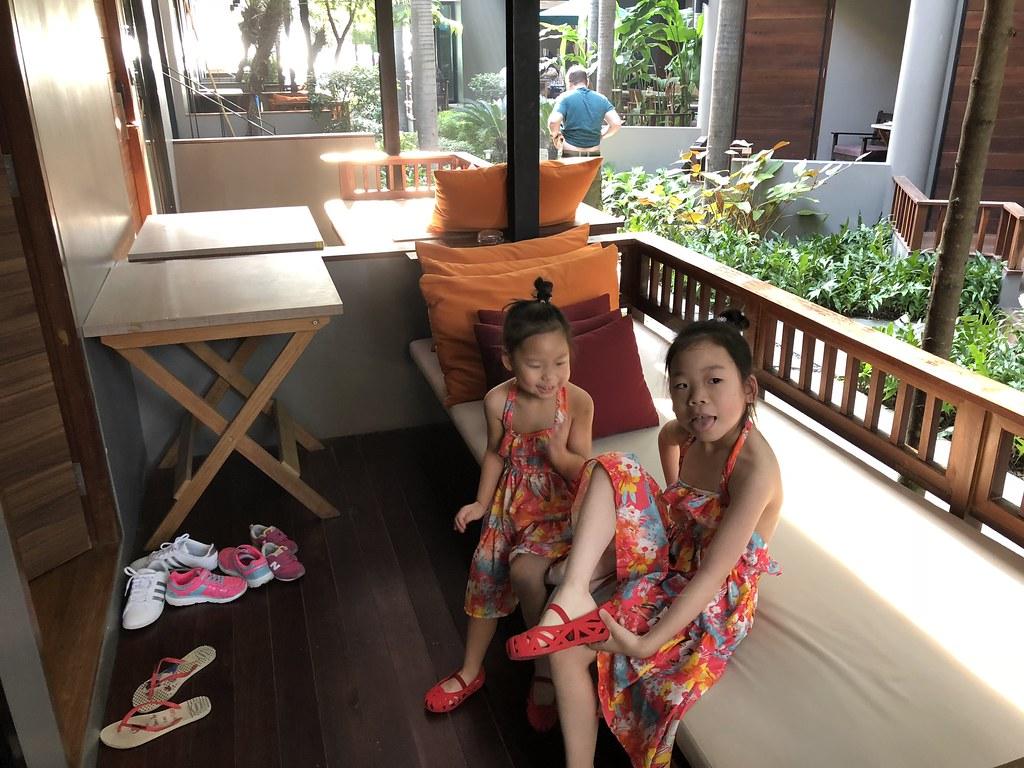 一双姐妹在房间露台上摆拍