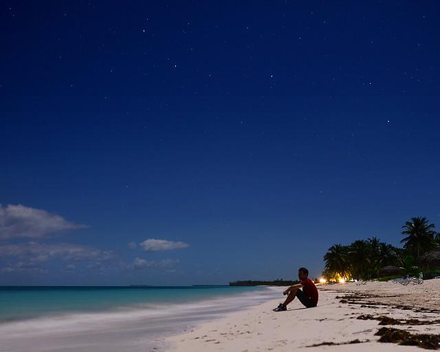 En la playa bajo la espectacular luz de la súper luna de Cayo Levisa