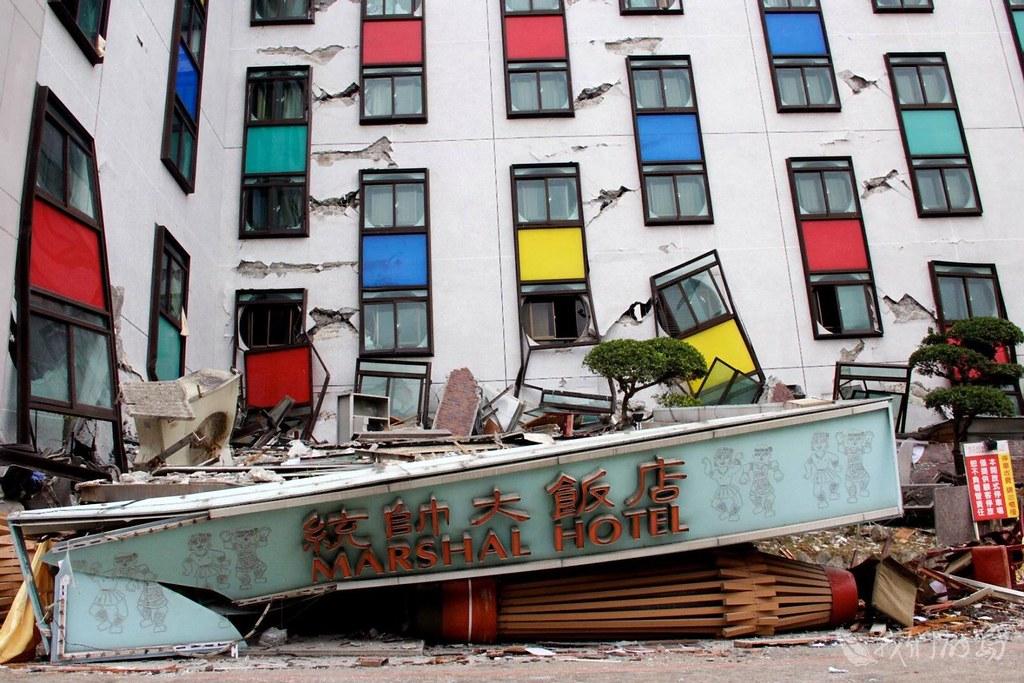 942-6國家地震工程研究中心到場勘查,認為統帥飯店主建築破壞少,是典型的軟弱底層效應。
