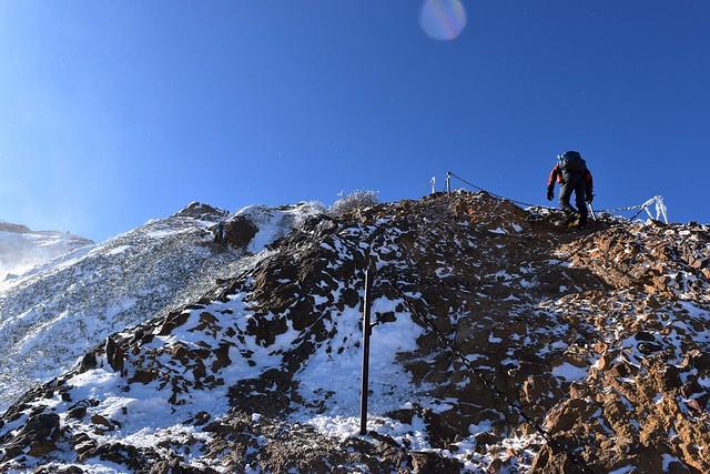 冬の赤岳山頂直下の岩場