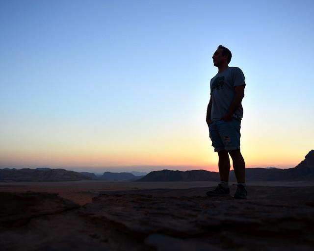 Javi al atardecer en el desierto de Wadi Rum