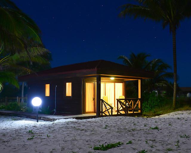 Cabaña iluminada en la noche en la playa de Cayo Levisa