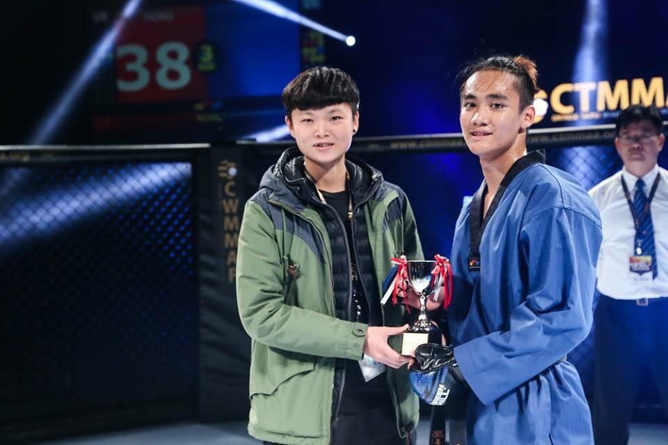 莊佳佳(圖左)在3日跆拳道示範賽中頒獎給比賽選手。(台北市立跆拳道協會提供)