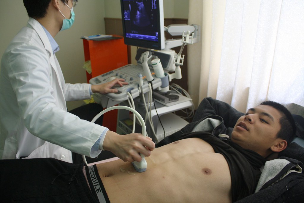 陳重羽進行超音波檢查。(統一7-ELEVEn獅提供)