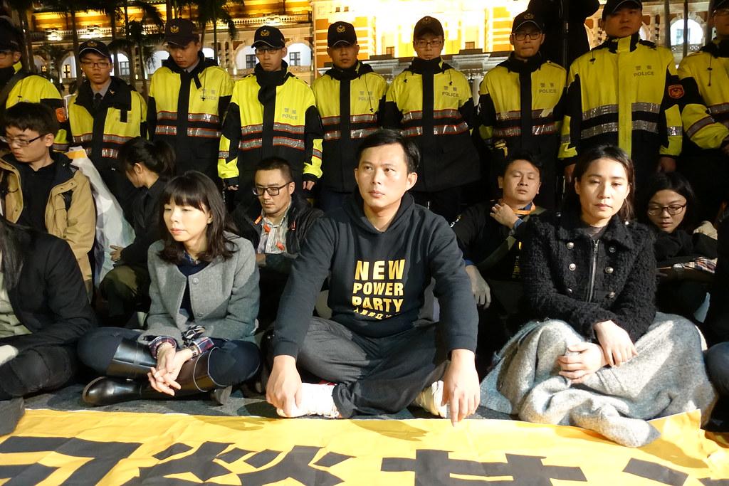 1月5日,时力党团在府前展开夜宿绝食。(摄影:张智琦)