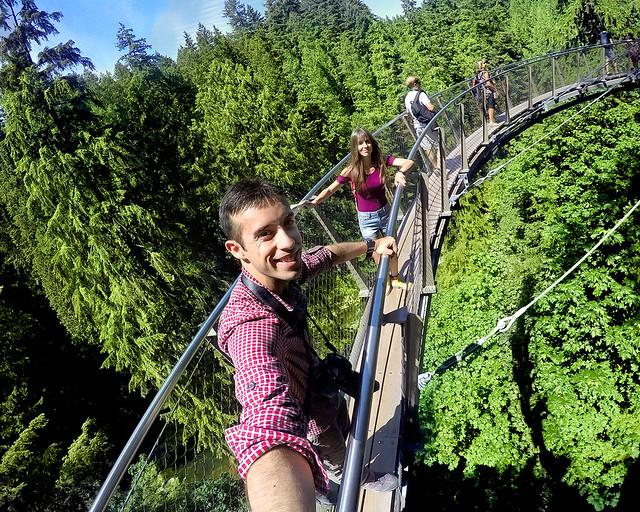En uno de las pasarelas colgantes de Capilano Bridge, de los sitios más increíbles que visitar en Canadá