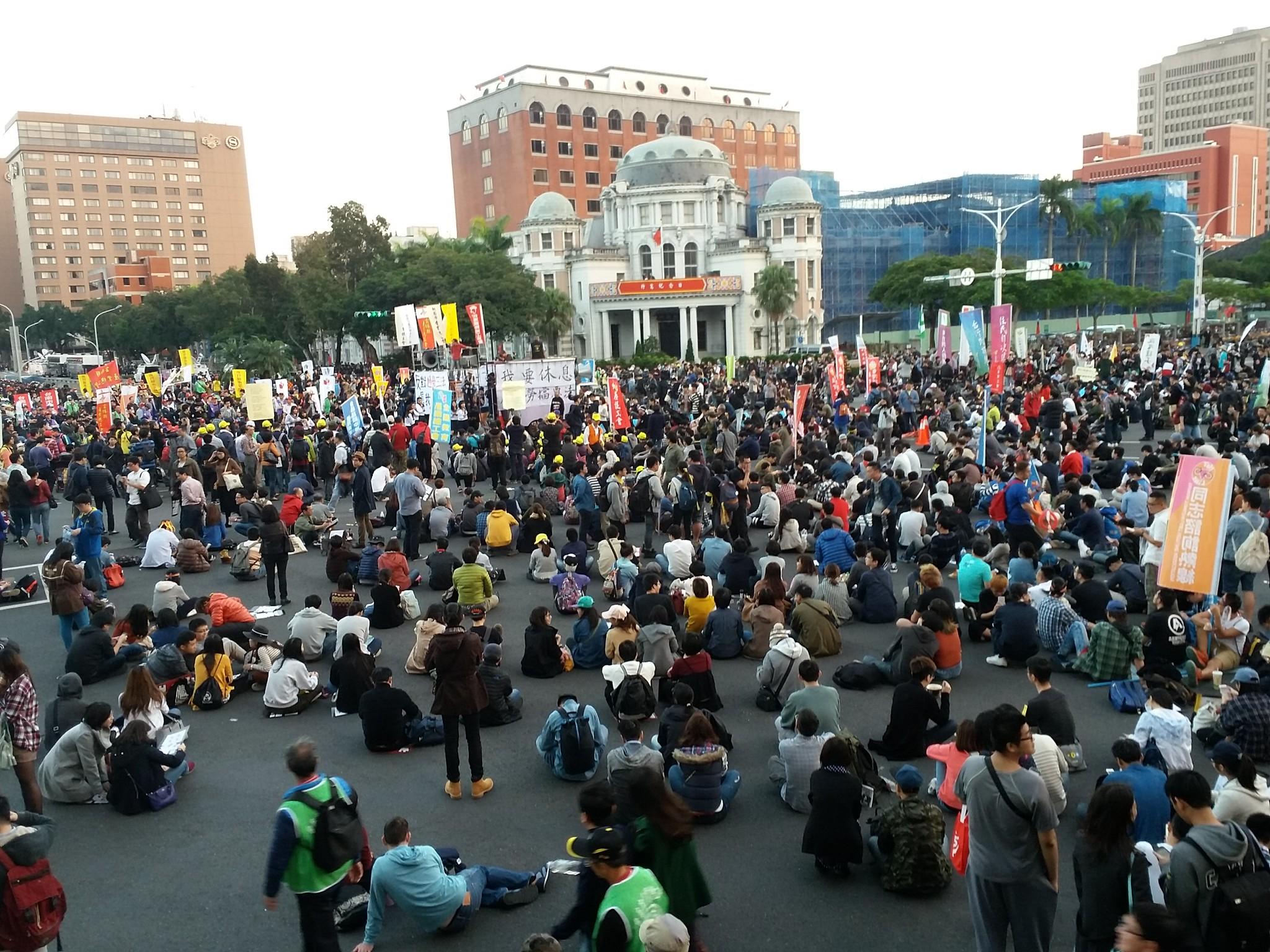 群眾在行政院前靜坐要求高層出面回應。(攝影:張智琦)