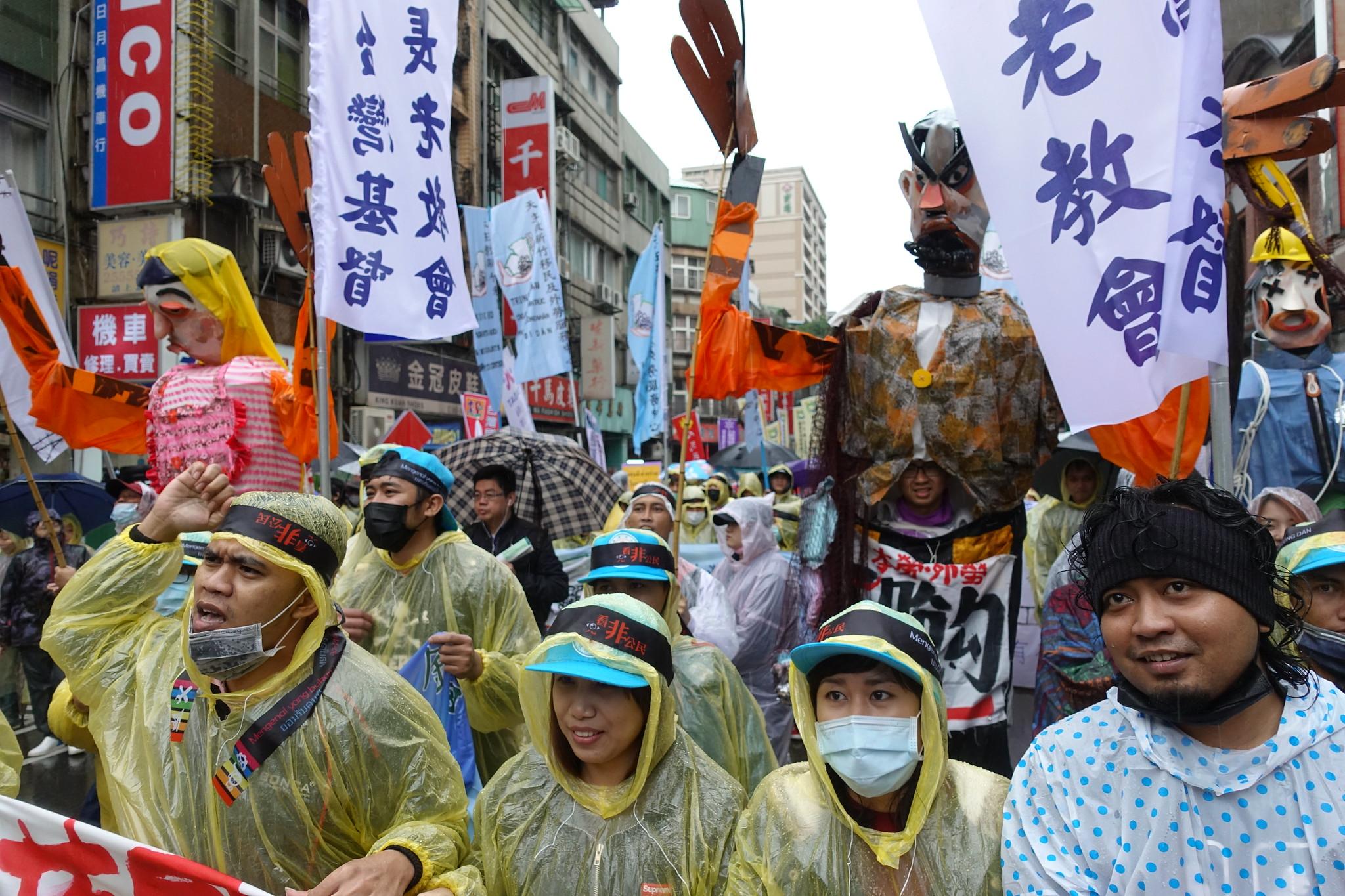 遊行中有三個移工盟製作的大型人偶,分別代表家務工、漁工和廠工。(攝影:張智琦)