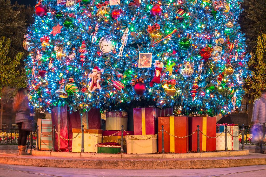 disneyland christmas tree 2017 by domtabon