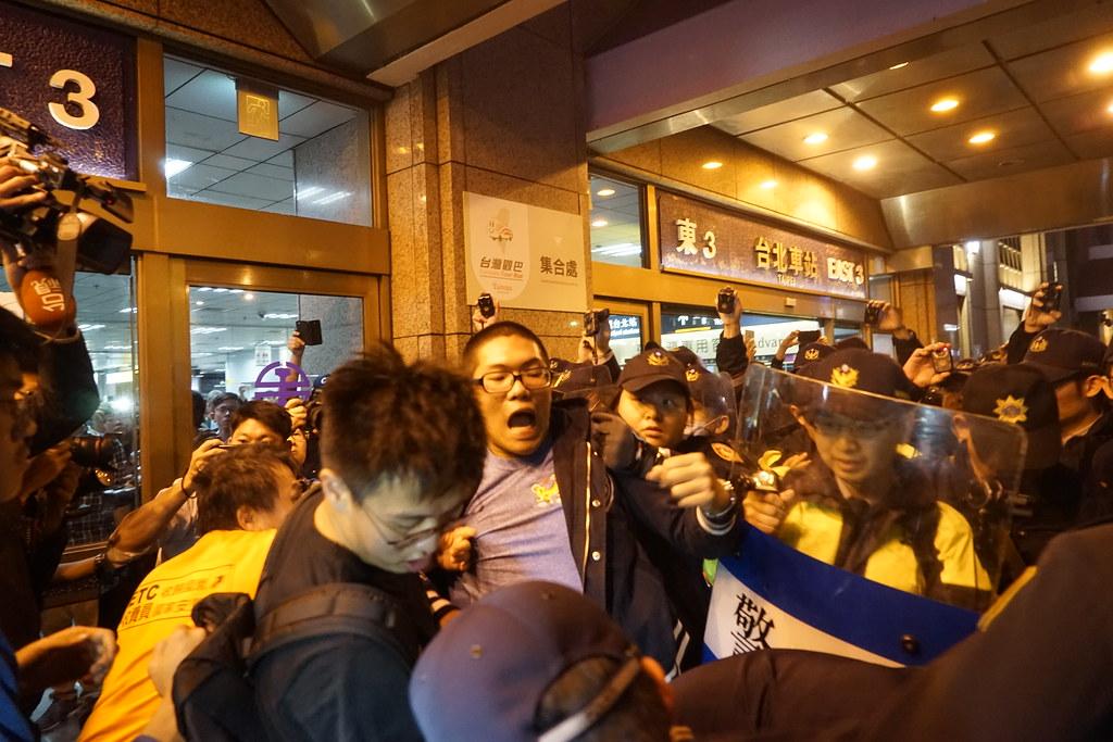 在北車東三門前,警方欲抓走群眾。(攝影:張智琦)