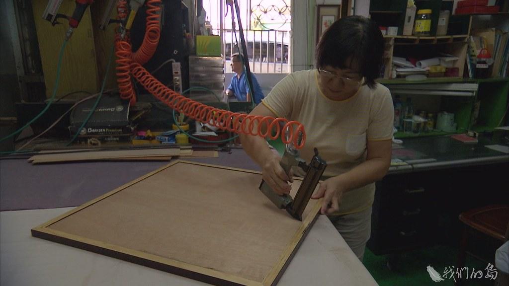 937-1-18江太太從事畫作裱框,是台南老店,鐵道東移開發,將她五十多坪的四樓家園,拆到只剩六坪。