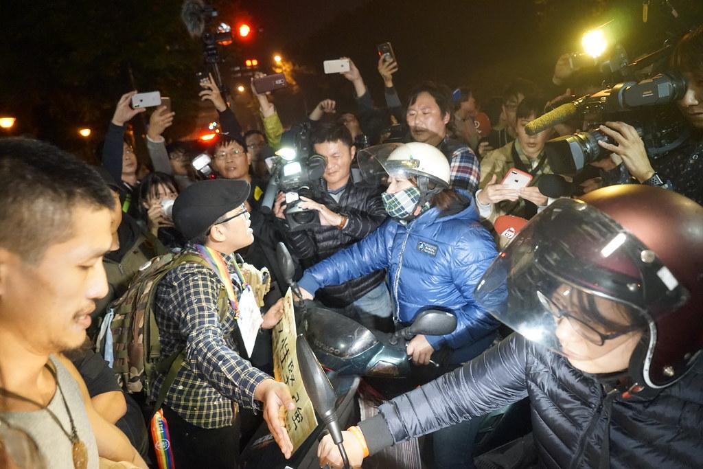 群眾佔據馬路也引起一些用路人不滿,甚至試圖要衝過人牆。(攝影:張智琦)