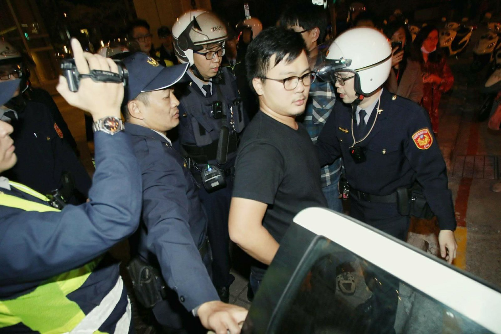 一名學生在行動後遭飯店主管提告公然侮辱,現場遭警方帶回。(照片由工鬥提供/攝影:許詩愷)