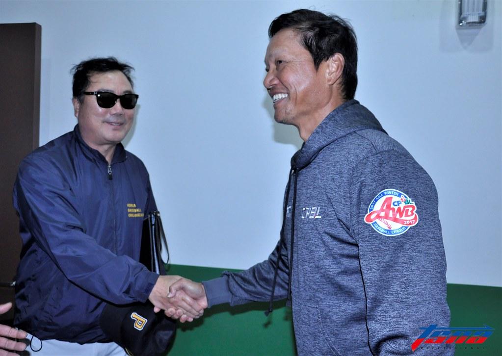 韓職聯隊總教練柳承安(圖左)向中職聯隊總教練林振賢致意。(張哲郢/攝)