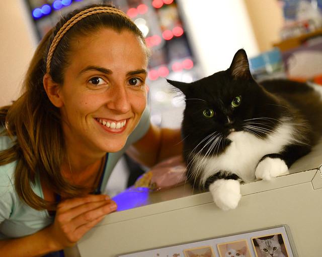 Diana con un gatazo subido encima de una mesa