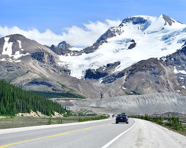La Icefields Parkway, un impresincible que visitar en Canadá, con el majestuoso glaciar Athabasca al fondo