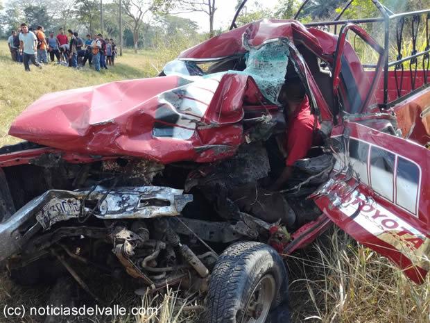 Dos fallecidos deja aparatoso accidente de tránsito
