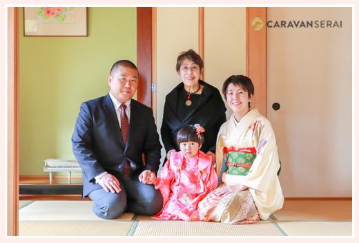 七五三写真を愛知県瀬戸市の自宅での着付けシーンから撮影 3才の女の子の着物姿