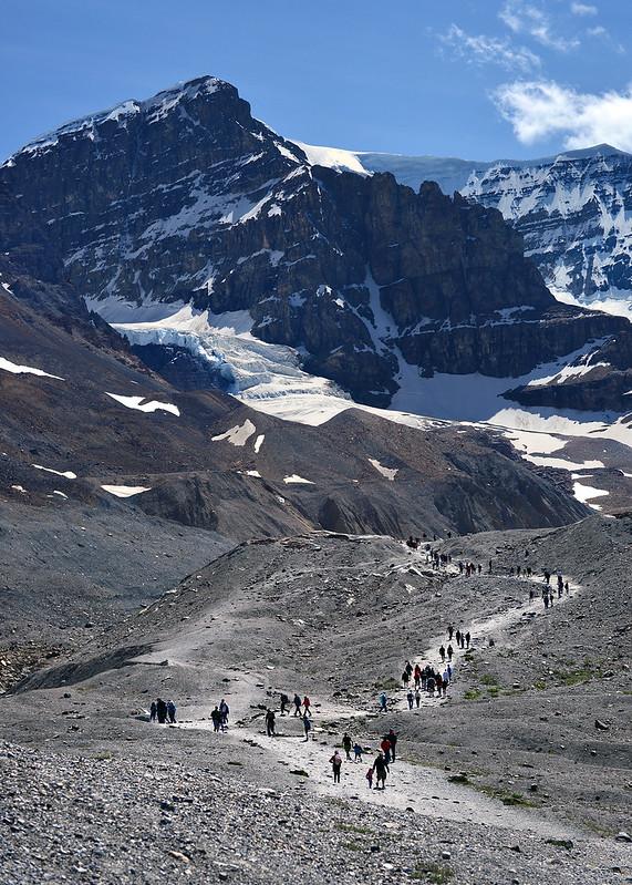 Sendero lleno de personas hacia los pies del glaciar Athabasca