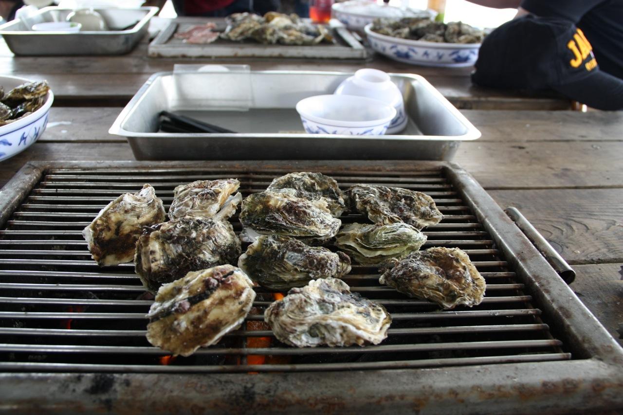 澎湖烤牡蠣。所有權與來源:Flickr-strongjer https://www.flickr.com/photos/strongjer/5681965307