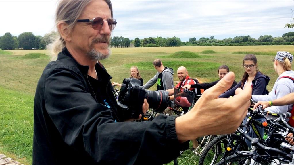 影展主辦人的大舅尼可拉曾是戰地記者,在嚴肅的外表下,其實極富童心和充滿活力,從他每次要花將近10分鐘幫大家拍照,就可以看出來。在拍這張照片時,尼可拉正指揮大家的腳踏車應該怎麼擺,還叫我不要拍了,趕快歸隊,跟大家一起往60度角站好。攝影:李若韻。
