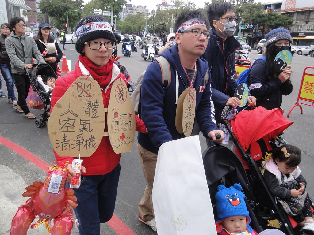 許多人攜家帶眷上街。(攝影:張智琦)