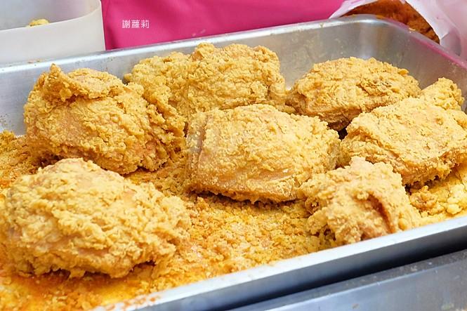 台中北屯 | 昌平炸雞王。台中近期超狂炸雞店,想來一桶全家餐,請先排隊等3小時!