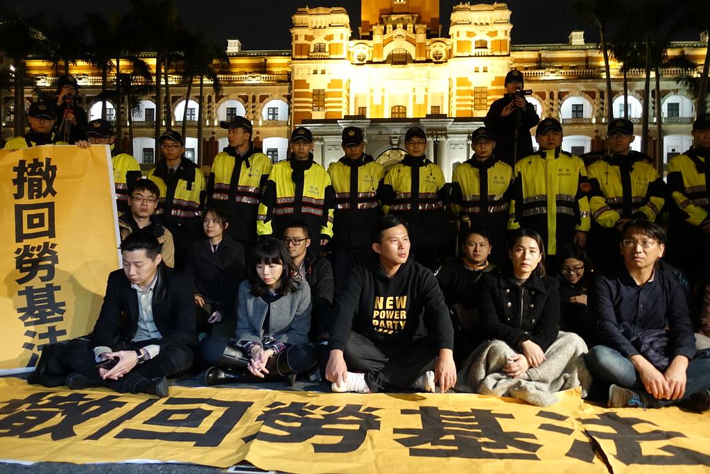 時代力量黨團在總統府前靜坐。(攝影:張智琦)