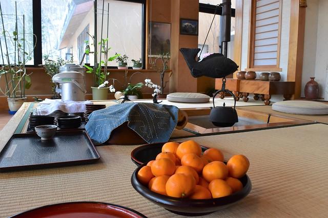 中ノ湯温泉旅館・無料のお茶とミカン