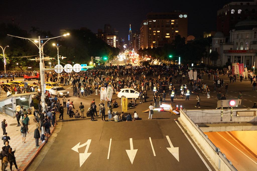 1223當晚,群眾佔領行政院路口。(攝影:王顥中)