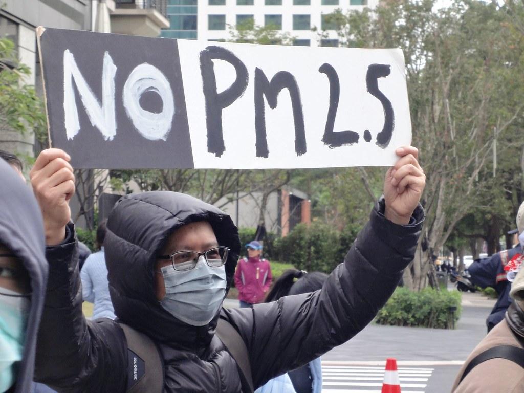 遊行民眾高舉拒絕PM2.5污染的標語。(攝影:張智琦)