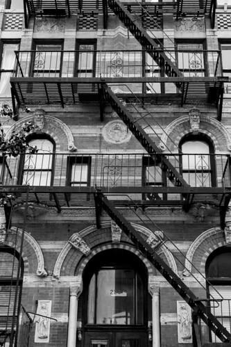 new york escaliers de secours new york est l 39 une des vil flickr. Black Bedroom Furniture Sets. Home Design Ideas