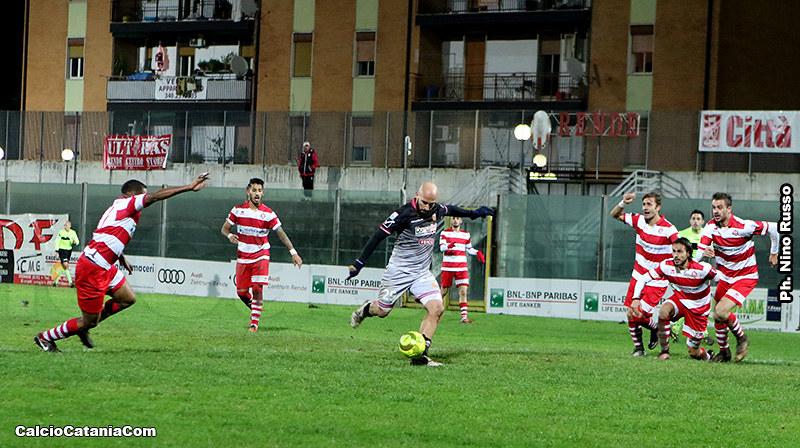 Il momento dell'esecuzione del tiro di Ripa che porterà il Catania sul 3-0 a Rende