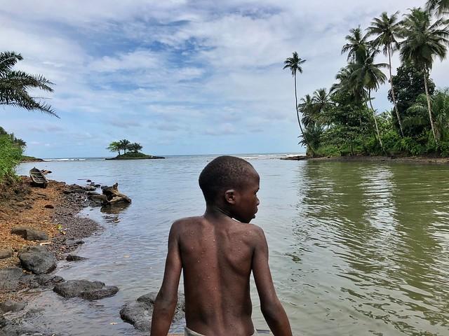 Niño en Praia Pesqueira (Viajar a Santo Tomé y Príncipe)