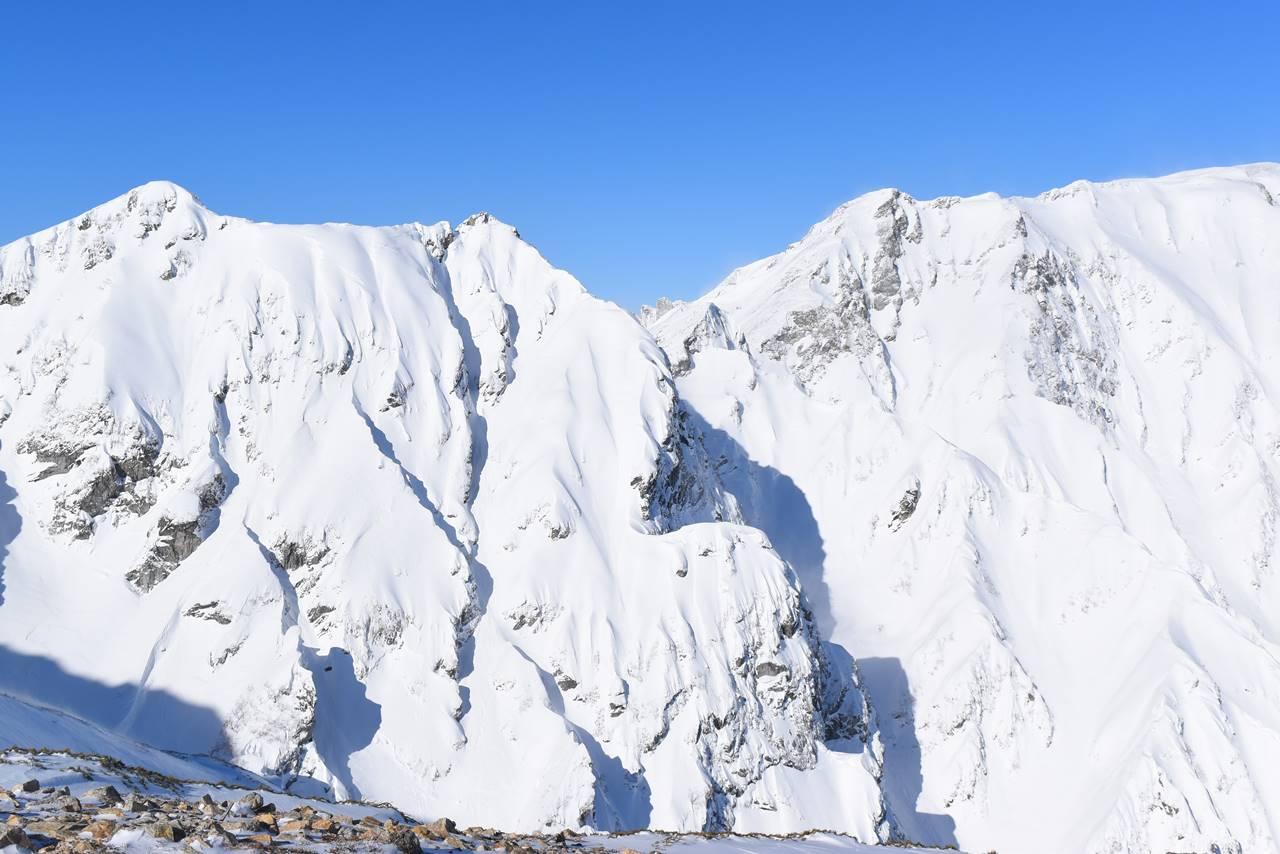 雪の白馬岳の稜線と岩壁