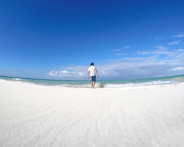 De vuelta a la playa para hacer la digestión, paseando por la orilla del Caribe