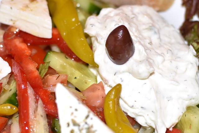 Beim Griechen gab es Bauernsalat mit Zaziki/Tsatsiki ... Foto: Brigitte Stolle