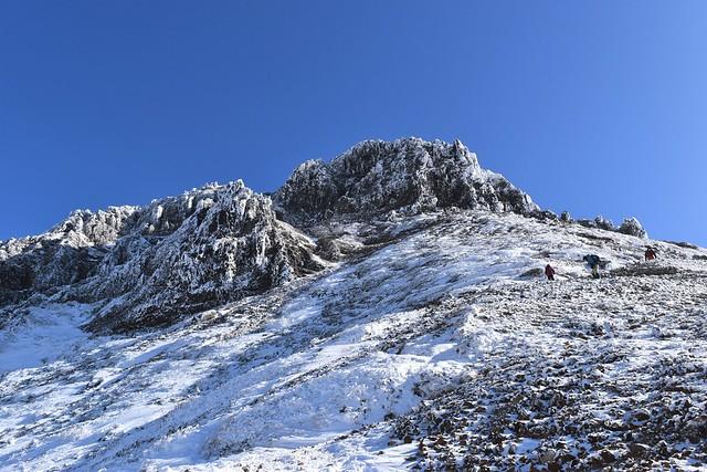 文三郎尾根から見上げる雪の赤岳