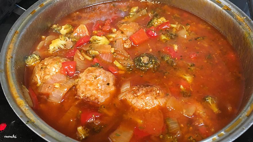 albóndigas caseras en salsa con brócoli