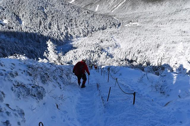 冬の八ヶ岳登山 雪に埋もれた文三郎尾根の階段