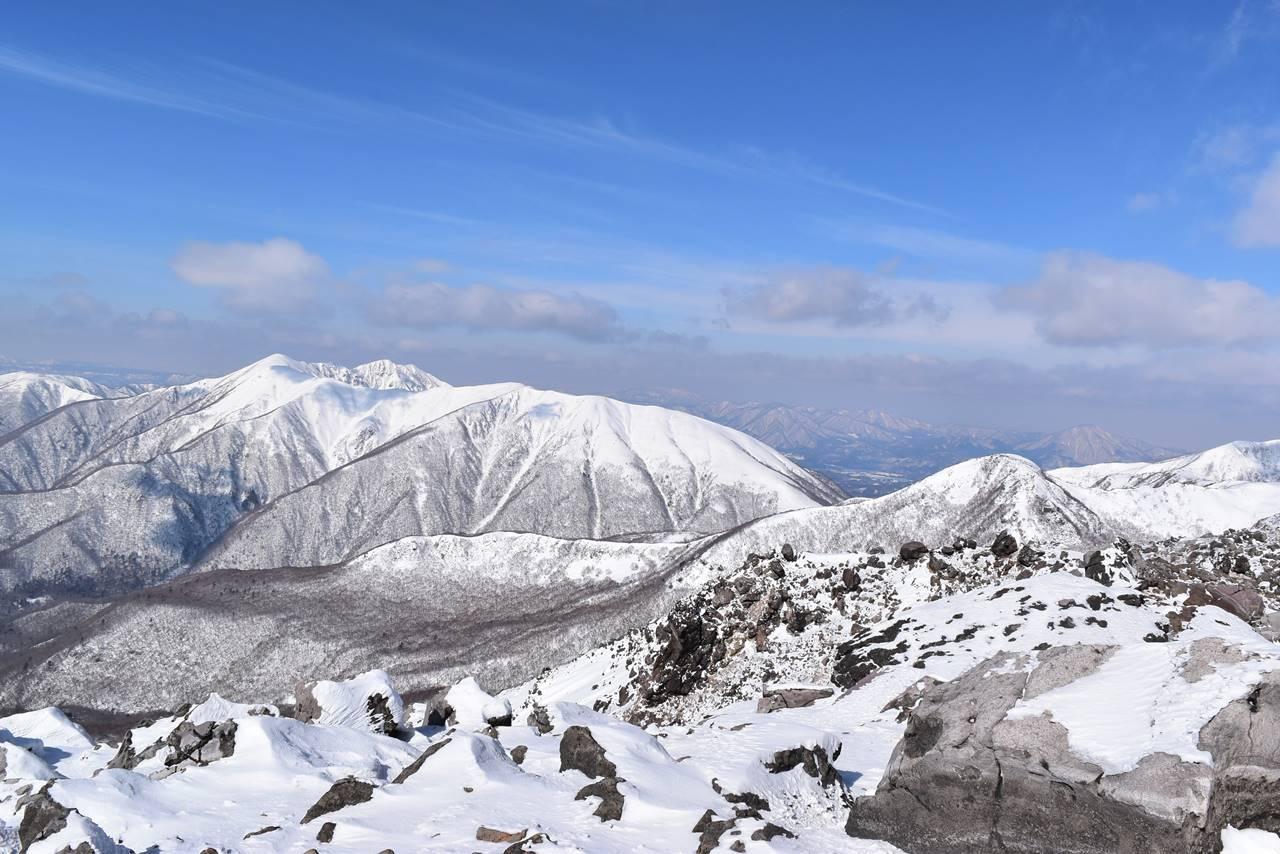 真っ白く雪に覆われた裏那須の稜線