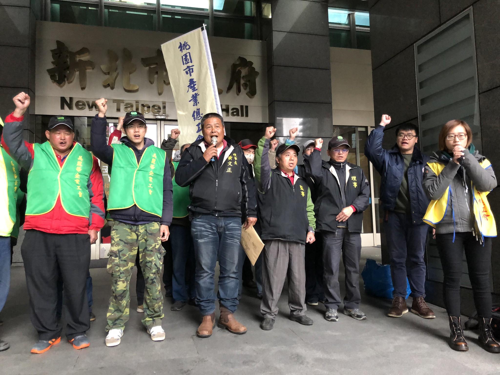 美麗華工會在新北市府前高喊「罷工勝利」。(攝影:王顥中)