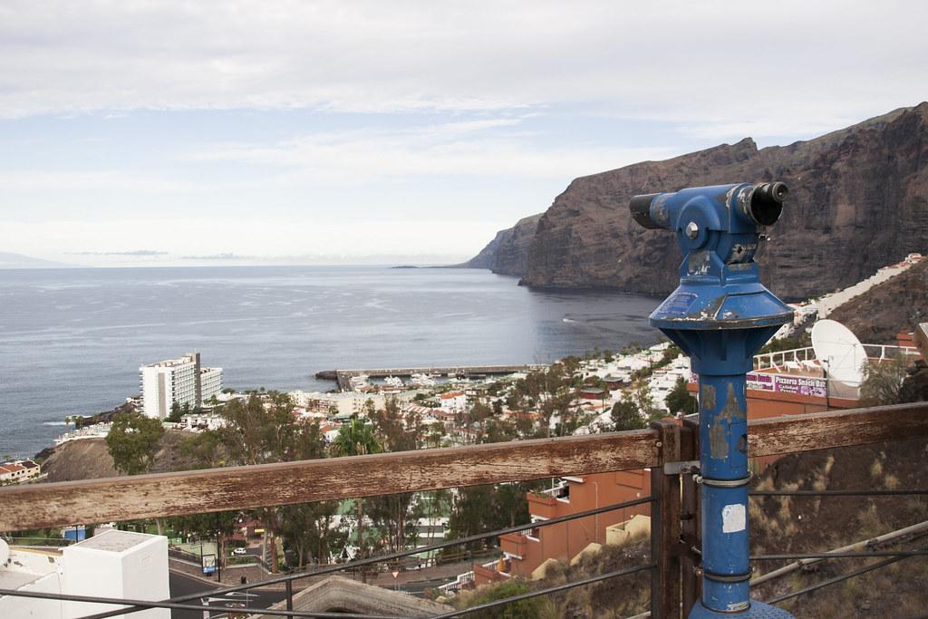 widok na Los Gigantes, niebieski teleobiektyw na pierwszym planie