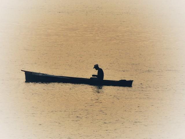 Pescador en canoa en Santo Tomé y Príncipe